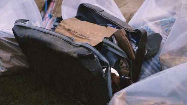 Maleta recuperada de los restos del avión 103 de Pan Am.