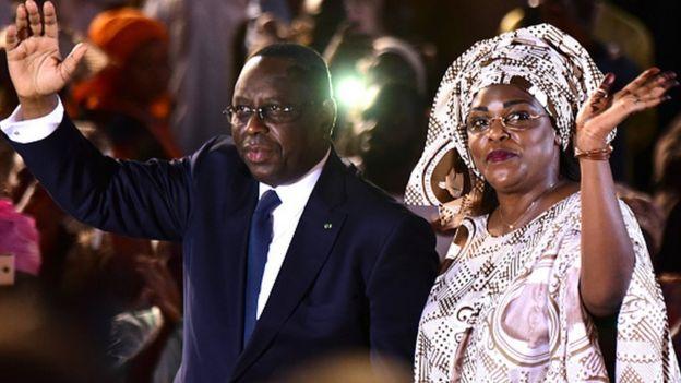 Macky Sall en compagnie de son épouse Marième, habillée aux couleurs de l'APR, le parti présidentiel au sein duquel elle est très active.