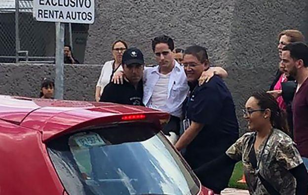 Homem ferido em acidente no México é colocado em carro