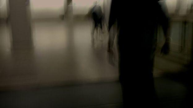 Homem persegue mulher