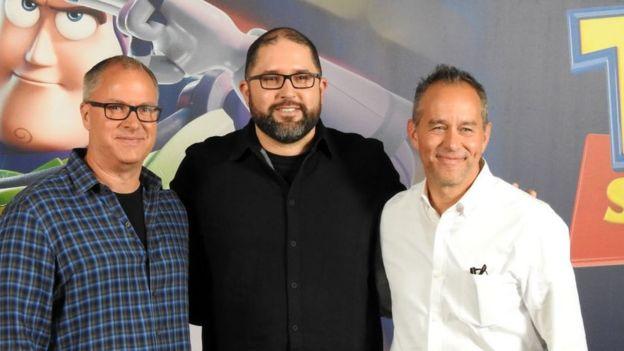 Josh Cooley (centro) dirigió el filme, mientras que Mark Nielsen (izq) y Jonas Rivera (dcha) lo produjeron.