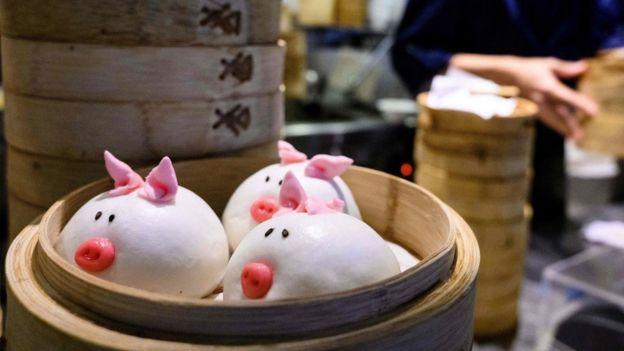 香港某酒樓廚房內裝扮成小豬模樣的叉燒包(29/1/2019)