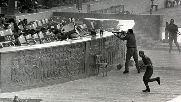 Mubarak terluka dalam peristiwa pembunuhan terhadap Presiden Anwar Sadat tahun 1981.