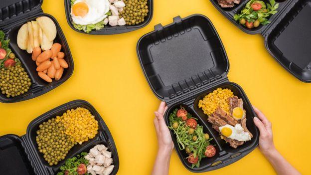 Recipiente de plástico con comida.