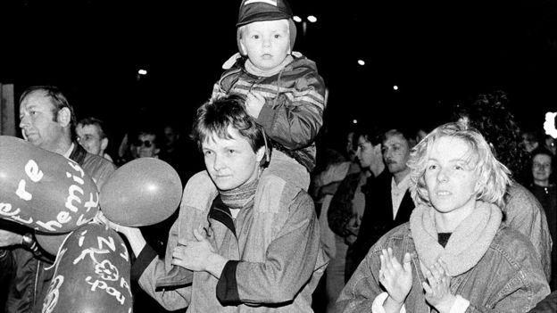 Manifestantes em protesto em Leipzig em 1989