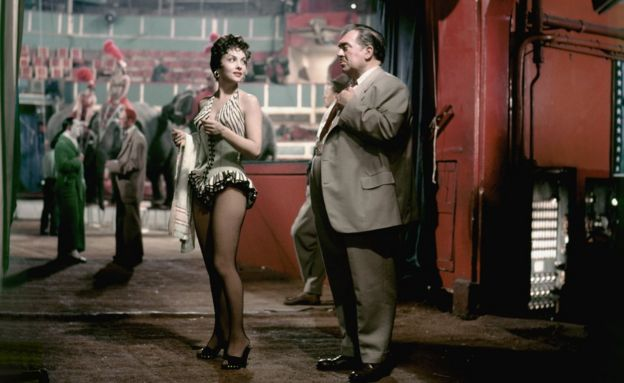 Italian actress Gina Lollobrigida and American actor Thomas Gomez on the set of Trapeze