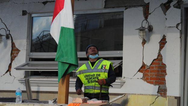 Socorrista observa el techo colapsado de la escuela Rebsamen