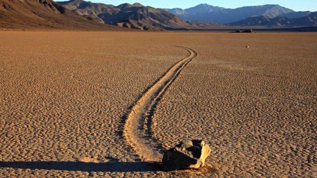 Понять, почему увесистые камни оставляют следы на дне пересохших озер, смог только ученый из НАСА