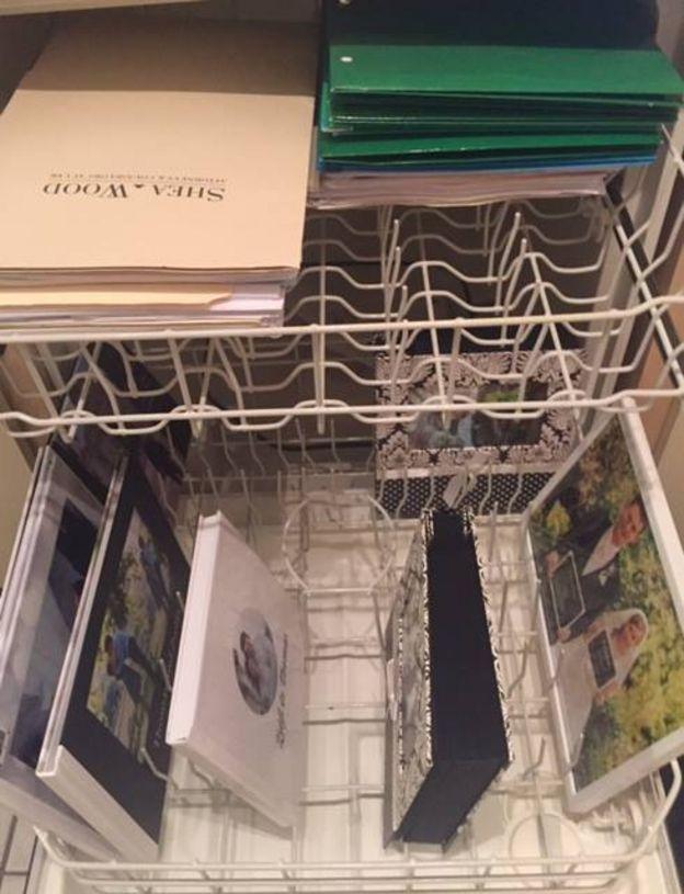 Lavaplatos con fotos de boda y documentos.