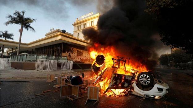 Un automóvil se ve en llamas afuera del hotel O'Higgins en Viña del Mar