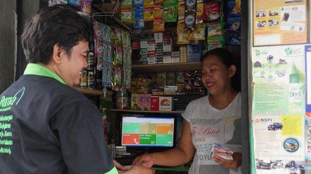 A Ruma employee meeting a Ruma seller