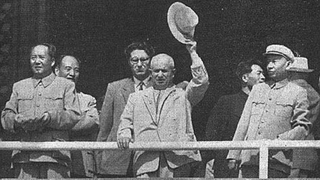 1959年10月1日,中国领导人毛泽东、刘少奇与苏联领导人赫鲁晓夫、等在天安门检阅台上