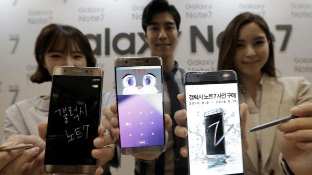 Tres jóvenes sostienen tres celulares Galaxy Note 7