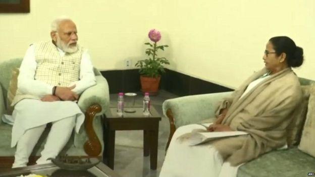पीएम नरेंद्र मोदी और मुख्यमंत्री ममता बनर्जी की मुलाक़ात
