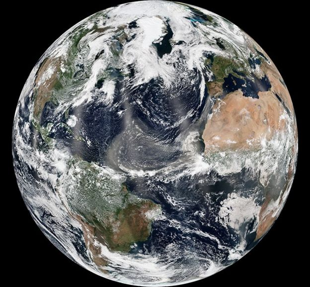 Mapa de la Tierra que muestra el polvo del Sahara cruzando el Océano Atlántico