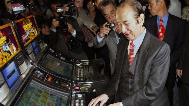 何鴻燊在里斯本其新開幕賭場察看一台老虎機(19/4/2006)