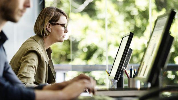 Mujer y hombre en oficina