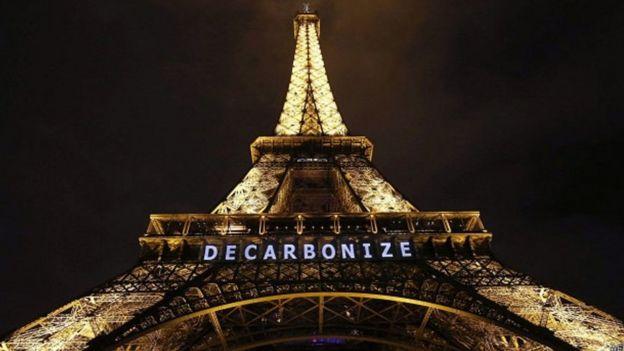 La Torre Eiffel con un cartel a favor de reducir las emisiones de CO2.