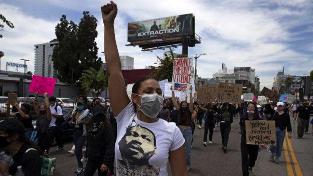 Milhares de manifestantes marcham em resposta à morte de George Floyd em 2 de junho de 2020 em Los Angeles, Califórnia.