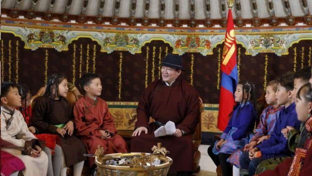 蒙古国秋季开学那一天,蒙古总统巴特图勒嘎同学生讲话互动,许多人认为他委婉地表达了对内蒙古蒙古语教学新政策的态度