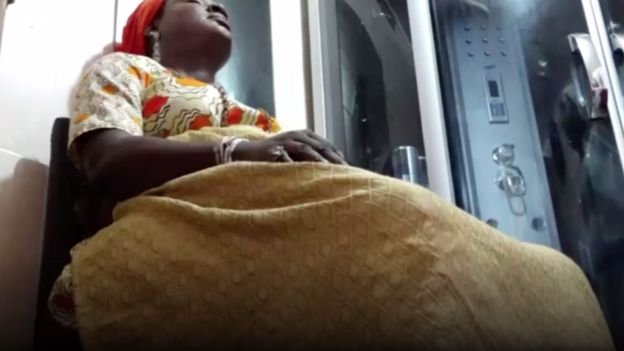 Mujer nigeriana durante un baño de vapor vaginal.
