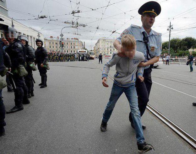 Російський ОМОН провів показове затримання на шкільній лінійці в Санкт-Петербурзі - Цензор.НЕТ 8145