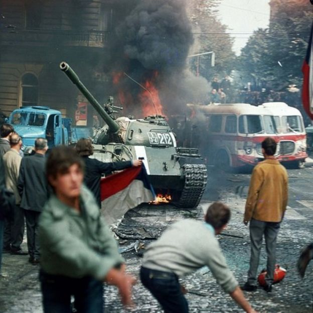 Protesta en Praga contra la invasión soviética.