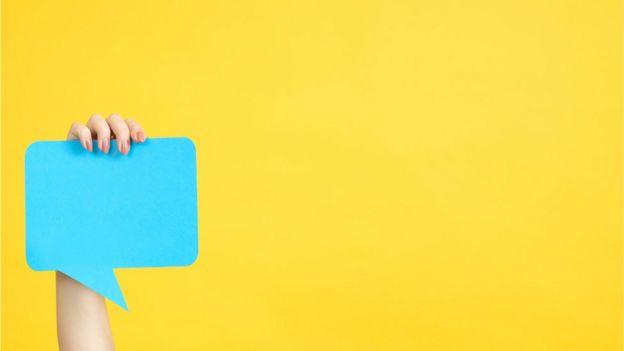Viñeta azul sobre un fondo amarillo.