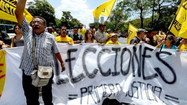 Opositores venezolanos protestan para exigir la convocatoria a elecciones.