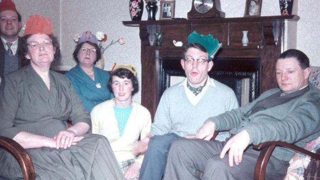 Underhill sentado com seus pais e irmãos