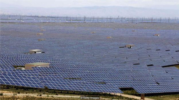 青藏高原以北青海地區的光伏電站充分利用了晴空和驕陽。