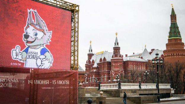 Un cartel con la mascota de Rusia 2018, Zabivaka