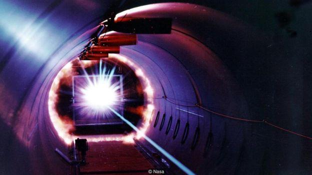 Nasa menguji coba panel di laboratorium dengan menembakkan fragmen dengan kecepatan mencapai 2700km/jam.