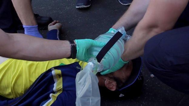 Un hombre atendido por los servicios de emergencia.