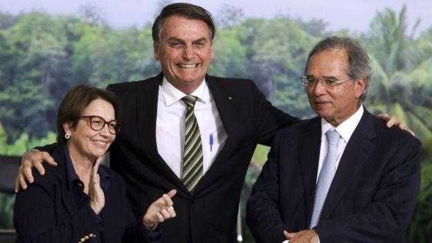 Presidente Jair Bolsonaro entre a ministra da Agricultura, Tereza Cristina, e o ministro da Economia, Paulo Guedes