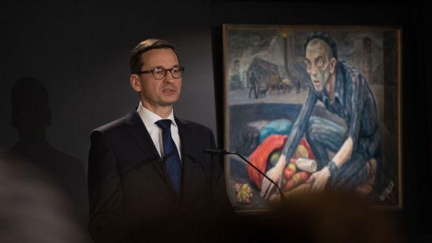 El primer ministro polaco Mateusz Morawiecki dando un discurso en 2018 durante el 73 aniversario de la liberación de Auschwitz-Birkenau