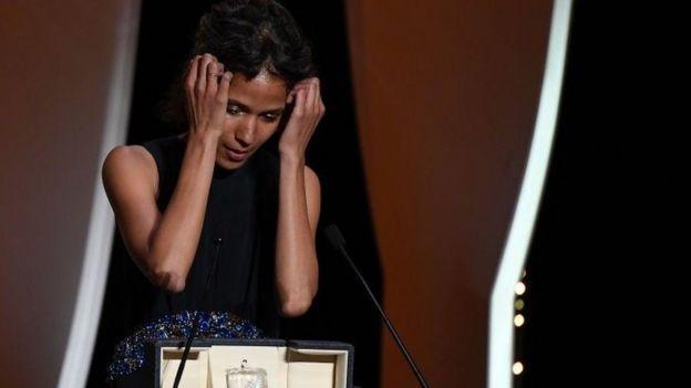 المخرجة الفرنسية السنغالية خلال كلمتها لتلقي الجائزة