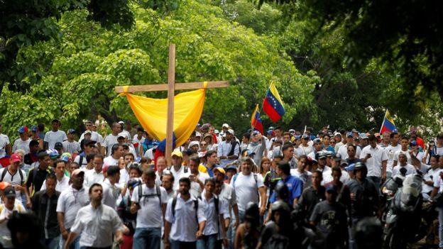 La marcha fue encabezada por una cruz de madera.