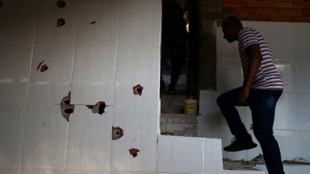 Marcas de bala na parede após tiroteio no morro do Fallet-Fogueteiro