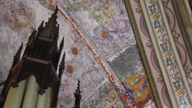 Argamassa sobre pinturas de Gino Catani no teto da igreja. Em primeiro plano, o que sobrou do órgão alemão do coro. Foto: Vinicius Mendes.