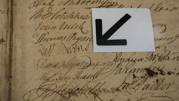 Один из экспонатов музея Великой ложи Шотландии - реестр ее членов с подписью знаменитого шотландского поэта Роберта Бёрнса, который тоже был масоном