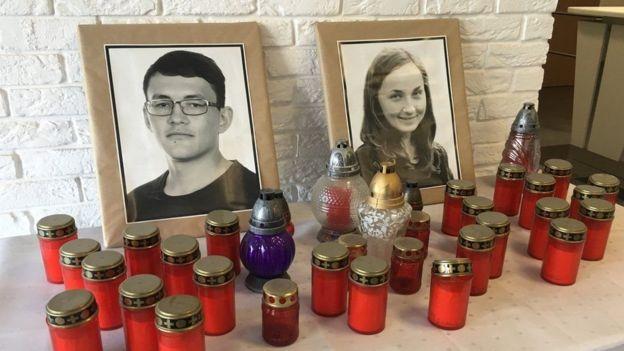 Velas frente a fotos de Jan Kuciak y su novia