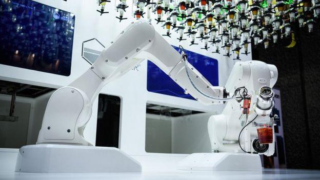 Robô fazendo um drink com dois copos