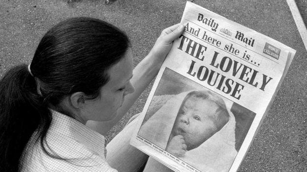 Portada de un periódico con el nacimiento del primer bebé in vitro, Louise Brown.