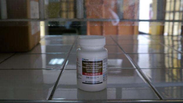 Frasco de antirretroviral em balcão de distribuição