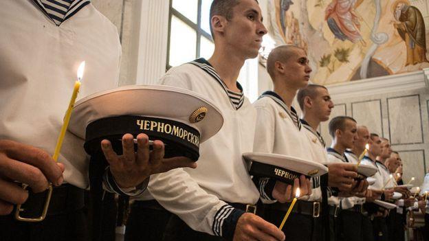 Marinos rusos le rinden homenaje a las víctimas del Kursk