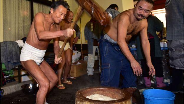 Japoneses esmagam o arroz