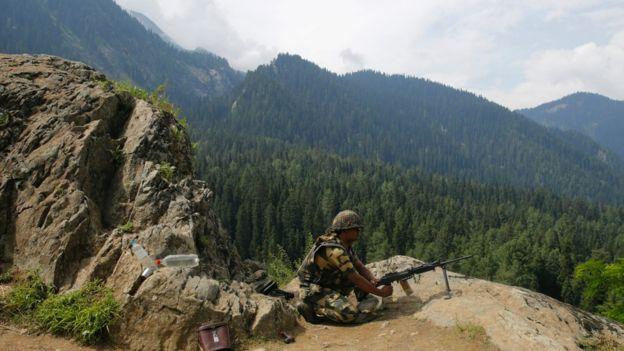 時至今日,印巴在克什米爾停火線附近仍時有武裝衝突。圖為印軍士兵