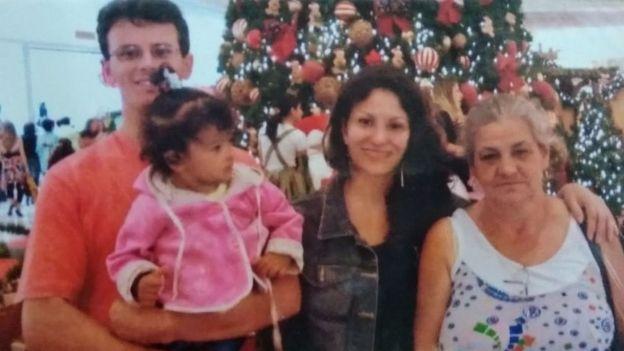 Simone (ao centro) junto com o irmão, a sobrinha e a mãe