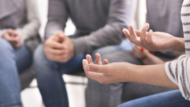 Mãos de pessoas reunidas